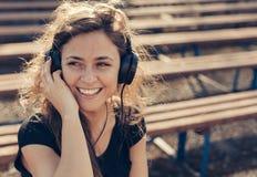 Jeune fille écoutant la musique Image stock