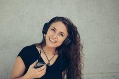 Jeune fille écoutant la musique Photo libre de droits