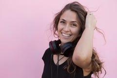 Jeune fille écoutant la musique Images libres de droits