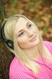 Jeune fille écoutant la musique avec des écouteurs Images libres de droits