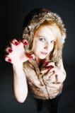 Jeune fille élégante avec le manteau de fourrure photo libre de droits