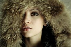 Jeune fille élégante avec le manteau de fourrure Photo stock