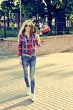 Jeune fille élégante sexy de modèle de femme dans des vêtements modernes lumineux et Image stock
