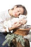 Jeune fille étreignant beaucoup de lapins blancs Image libre de droits