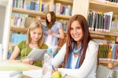Jeune fille étudiant au lycée Images stock