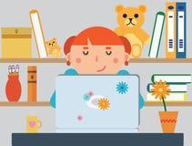 Jeune fille étudiant utilisant son ordinateur portable avec des étagères de la BO Image libre de droits
