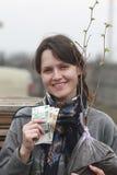 Jeune fille achetée un arbre Image libre de droits