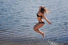 Jeune fille acrobatique Photographie stock