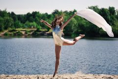 Jeune fille acrobatique Photo stock