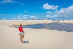 Jeune fille admirant la beauté du Lencois Maranhenses, une des destinations principales de touristics au Brésil photos libres de droits