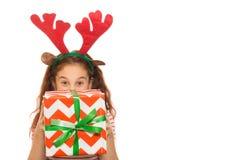 Jeune fille adorable avec un cadeau de Noël image libre de droits