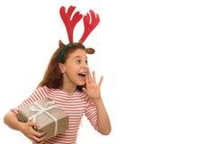 Jeune fille adorable avec un cadeau de Noël images libres de droits