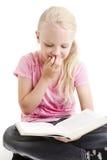 Jeune fille affichant le livre drôle photographie stock