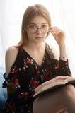 Jeune fille affichant un livre Images stock