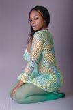 Jeune fille africaine attirante en vert Image stock
