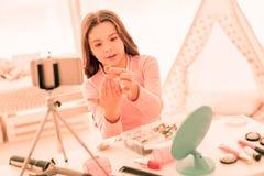 Jeune fille agréable tenant un anneau d'or photographie stock libre de droits