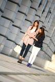 Jeune fille aidant l'autre jeune fille Photo stock