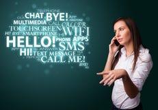 Jeune fille appelant par le téléphone avec le nuage de mot Photographie stock libre de droits