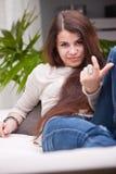 Jeune fille appelle quelqu'un avec un geste Images stock