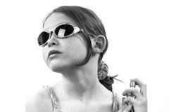 Jeune fille appliquant le parfum photos libres de droits