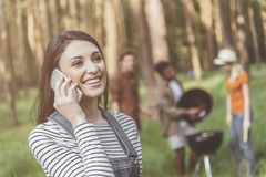 Jeune fille appréciant la conversation téléphonique en nature Photos libres de droits