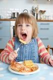Jeune fille appréciant le déjeuner malsain images stock