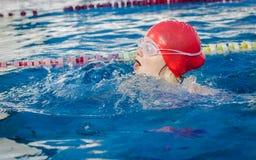 Jeune fille apprenant à nager Photographie stock libre de droits