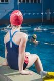 Jeune fille apprenant à nager dans la piscine avec des nageoires Photographie stock