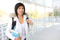 Jeune fille asiatique à l'école photographie stock