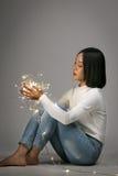 Jeune fille asiatique jouant avec la lumière menée Image libre de droits