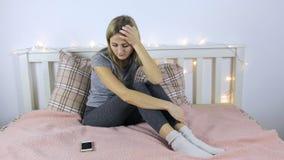 Jeune fille attendant un appel clips vidéos