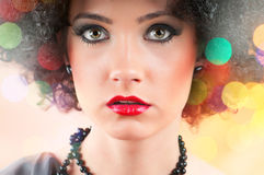 Jeune fille attirante avec la coupe bouclée Photo stock