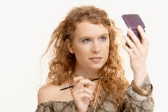Jeune fille attirante composant son visage Photo libre de droits