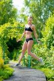 Jeune fille attirante dans les vêtements de sport noirs faisant des exercices dans Photo libre de droits