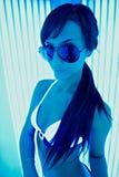Jeune fille attirante de brune dans le solari Photos libres de droits