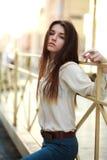 Jeune fille attirante posant sur une rue de ville Photos stock
