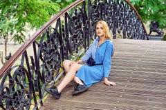Jeune fille attirante se reposant en parc de ville photos stock
