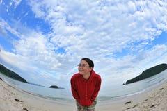 Jeune fille attirante souriant à l'appareil-photo, Images libres de droits