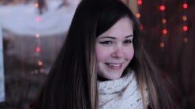 Jeune fille attirante tenant le mur proche de lumières banque de vidéos