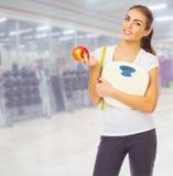 Jeune fille au centre de fitness Photos stock