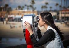 Jeune fille au pilier Image libre de droits