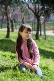 Jeune fille au stationnement Photos libres de droits