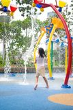 Jeune fille au stationnement de l'eau image libre de droits