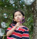 Jeune fille avec d'expression étrange Image stock