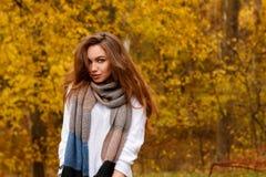 Jeune fille avec de longs cheveux bruns en parc d'automne Photo libre de droits
