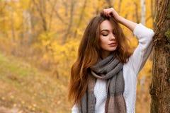 Jeune fille avec de longs cheveux de front en parc d'automne Photographie stock libre de droits