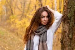 Jeune fille avec de longs cheveux de front en parc d'automne Photo libre de droits