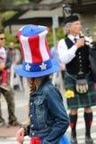 Jeune fille avec de longues tresses portant une 4ème du chapeau de juillet Image stock