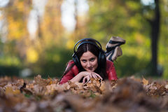 Jeune fille avec des écouteurs photo stock