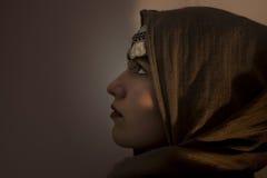 Jeune fille avec des bijoux de foulard et de pièce de monnaie sur sa tête Images libres de droits
